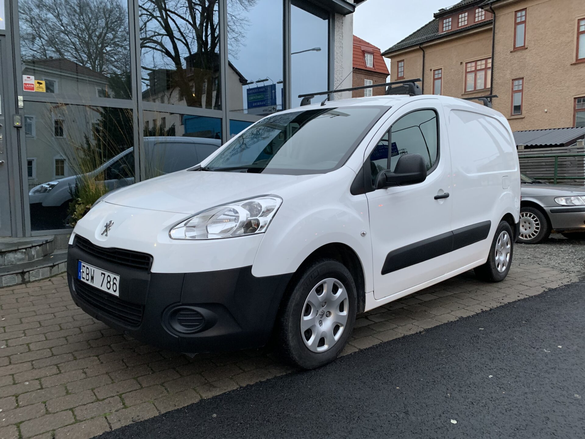 Peugeot partner 1.6 HDi 92hk / V-hjul / drag / Inrett Skåp